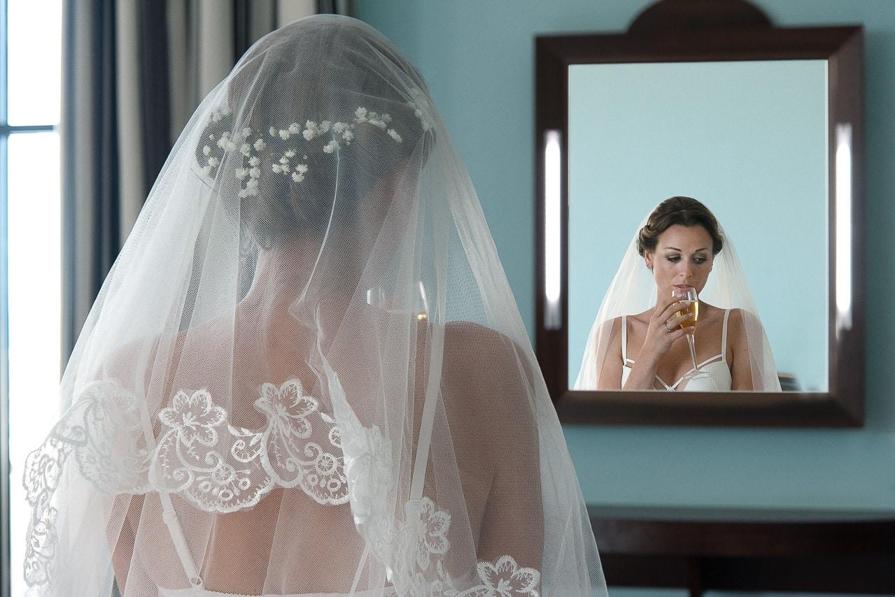 Portrait de la mariée dans un miroir
