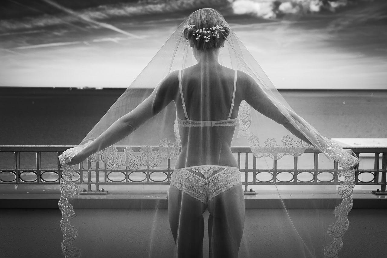 Mariée de dos en lingerie et avec sa traine