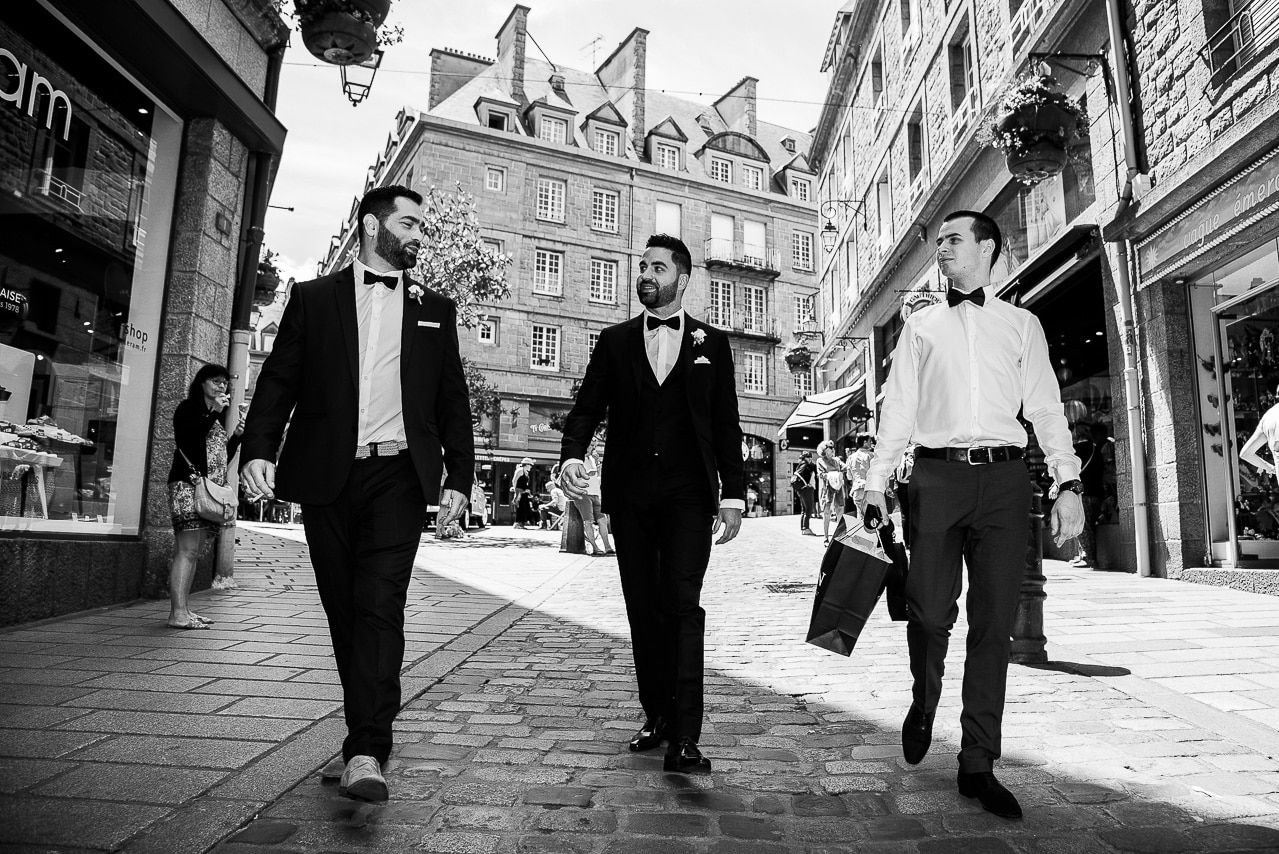Marié et ses amis dans Saint-Malo