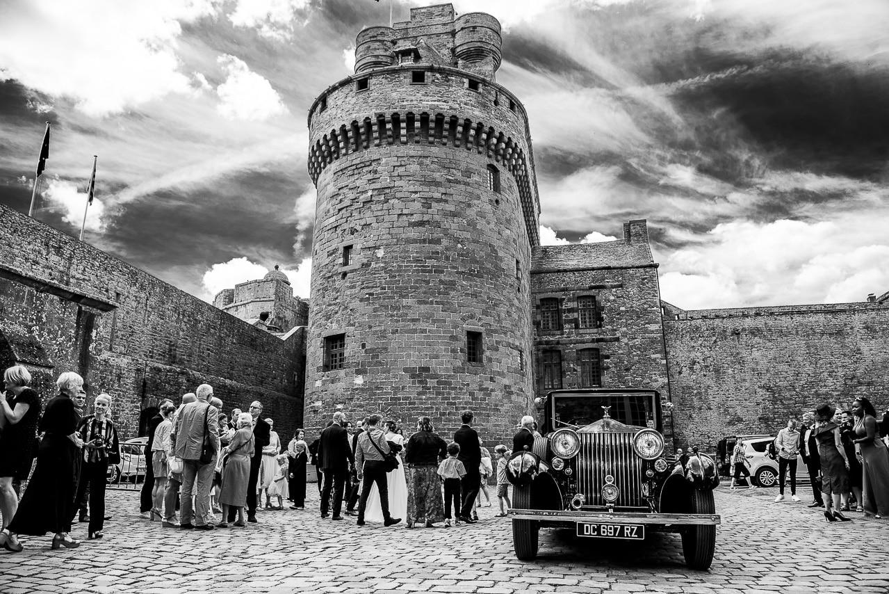 Invités du mariage autour d'une Rolls- Royce