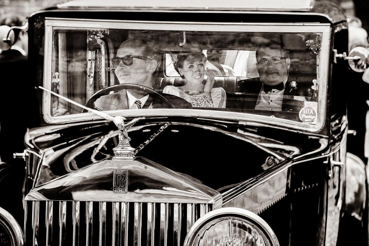 Mariée avec son père dans leur Rolls avec chauffeur