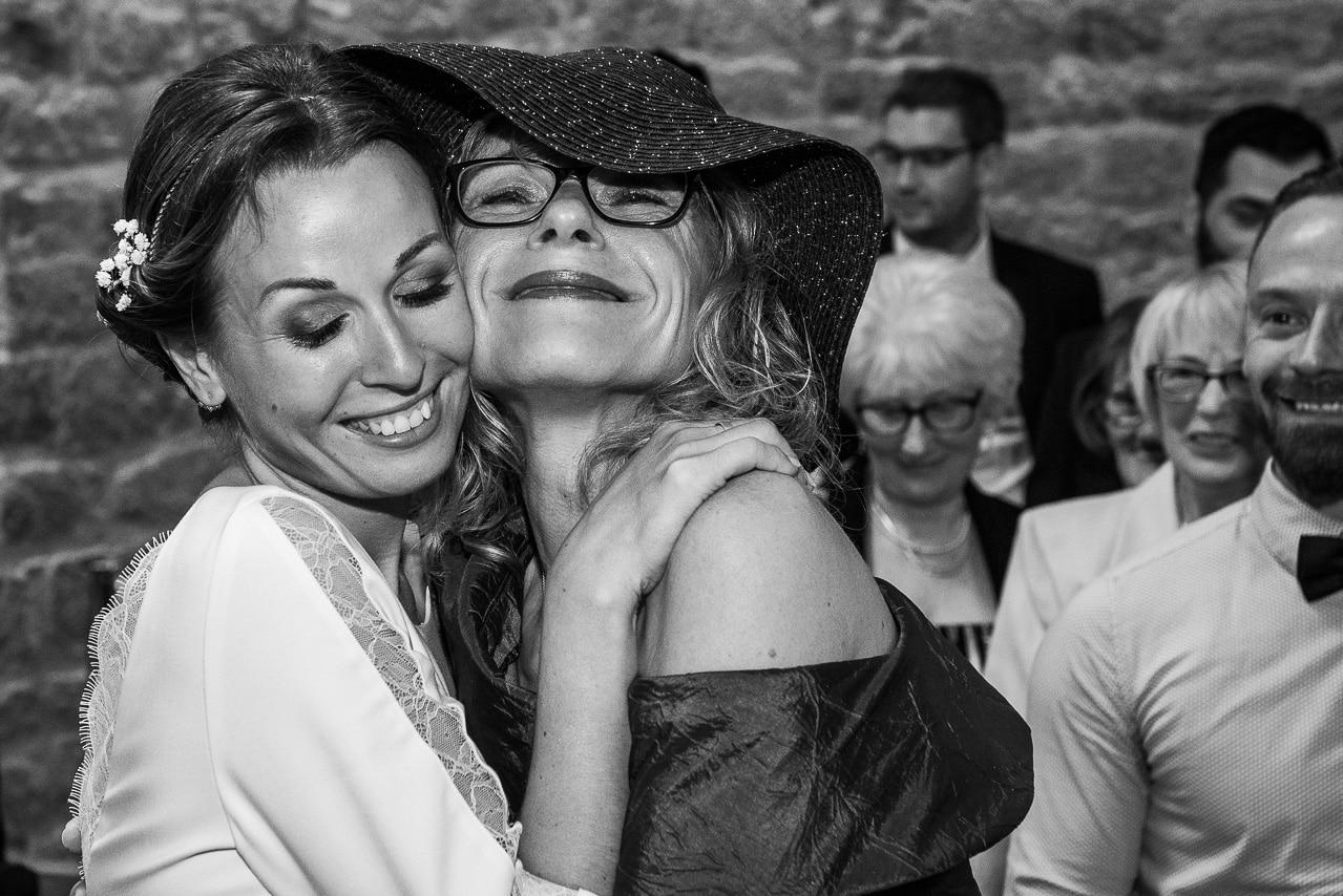 Mariée et sa mère pendant la cérémonie