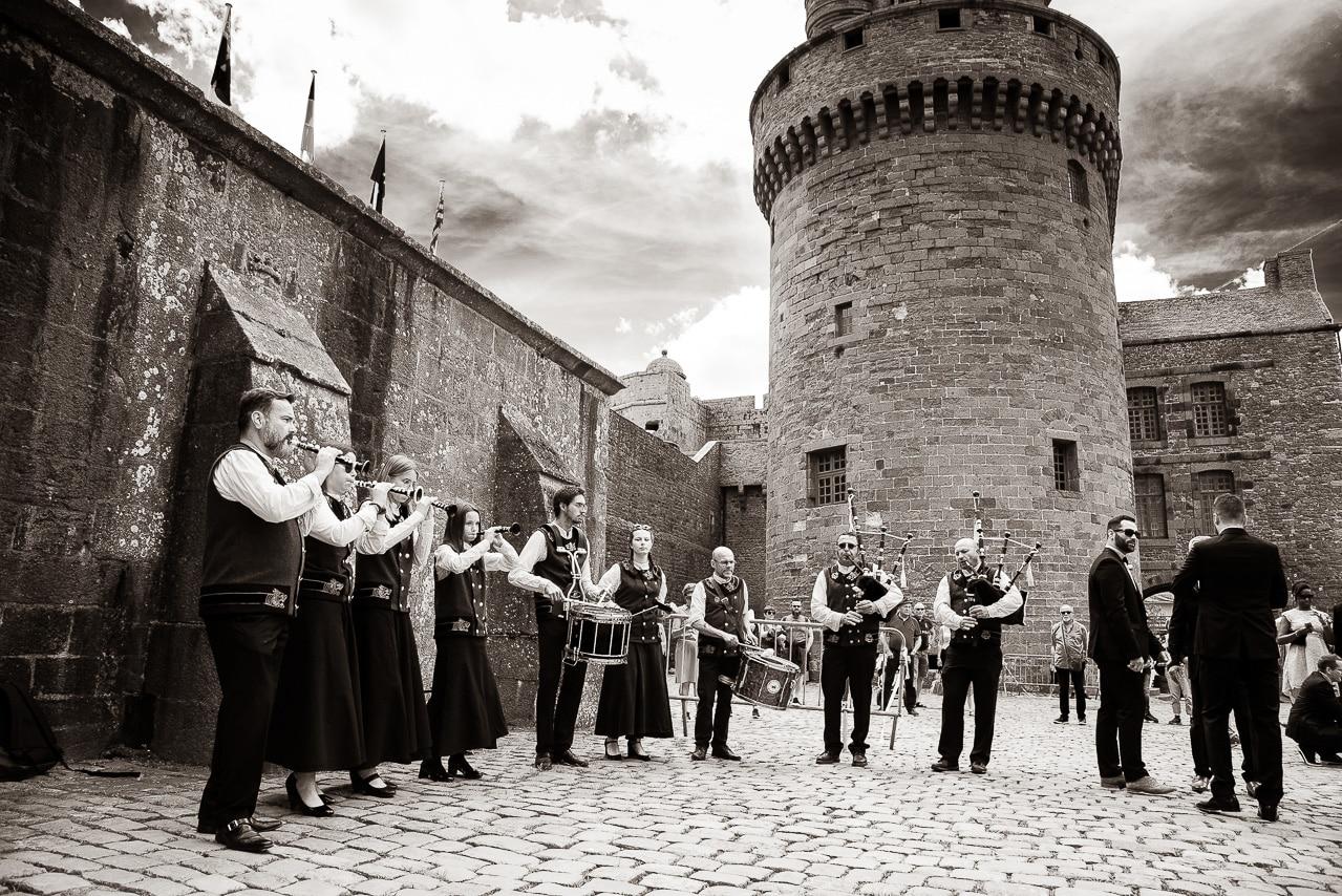 Un orchestre devant les remparts