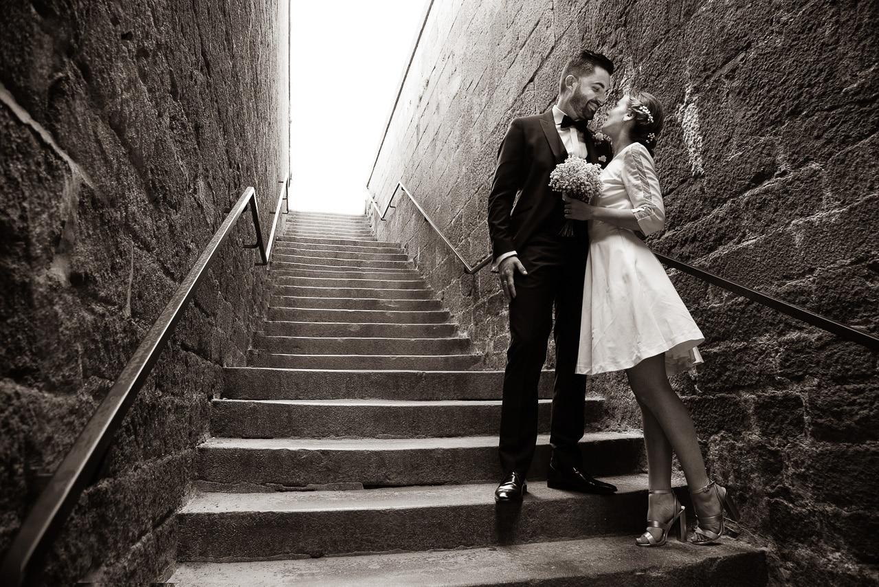 Les mariés dans les escaliers à Saint Malo