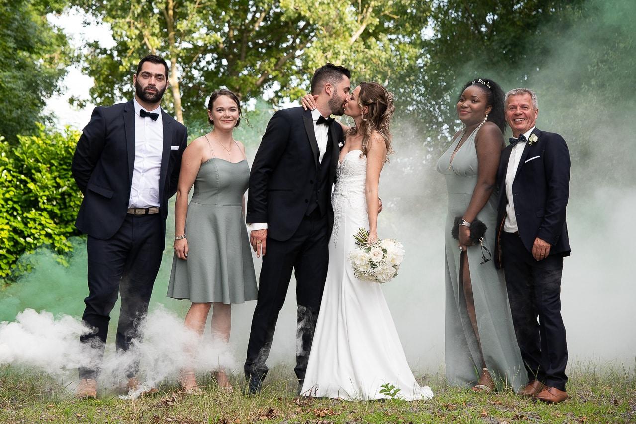 Embrassade des mariés autour des invités