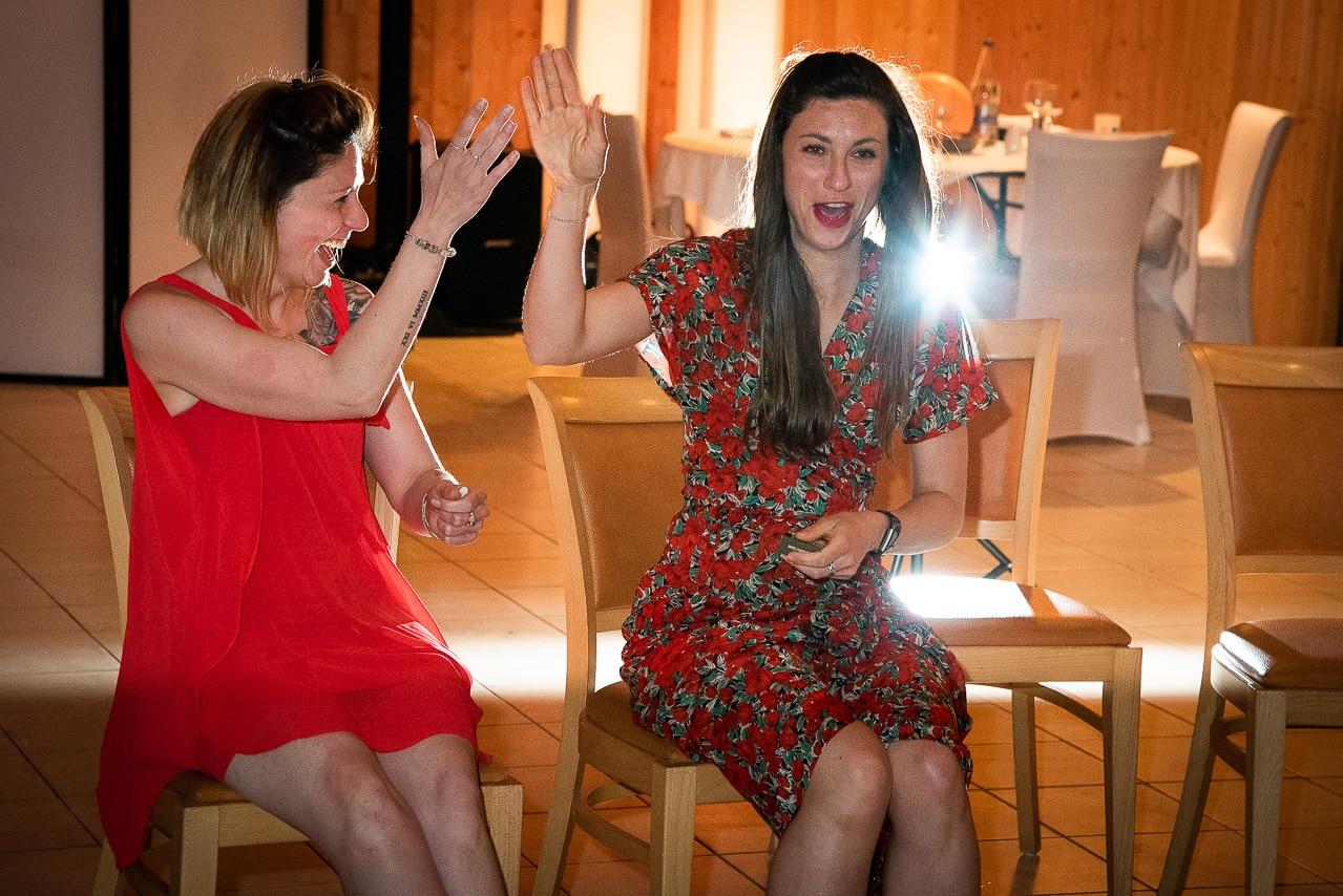 Deux invités du mariage sur des chaises