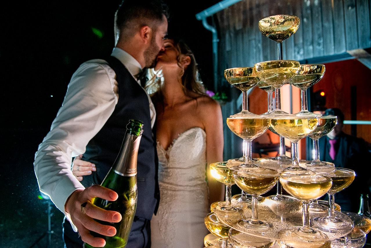 Embrassade des mariés pendant la soirée du mariage