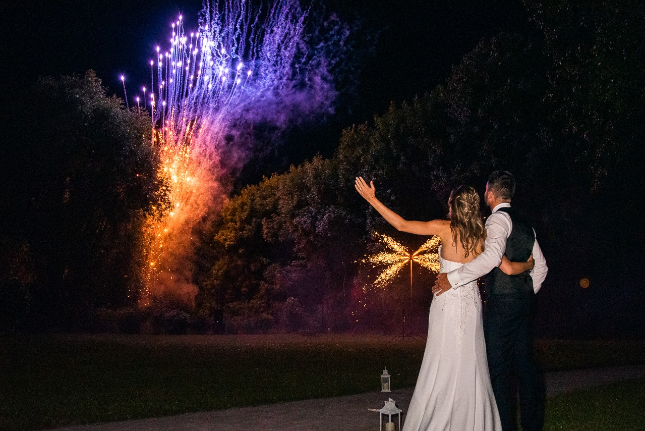 Mariés devant le feu d'artifice