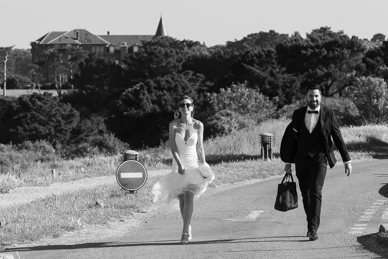 Les mariés marchant sur la route