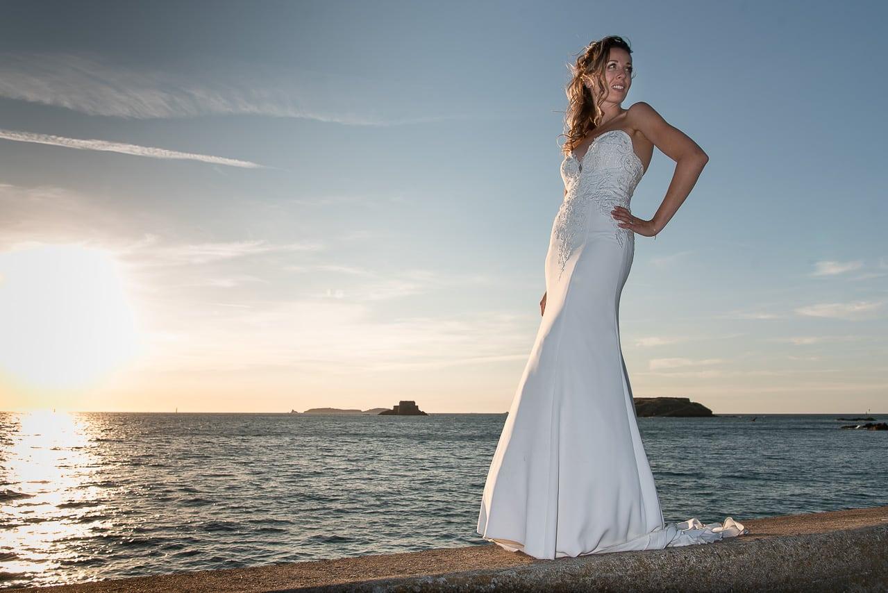 Mariée sur les remparts en bord de mer