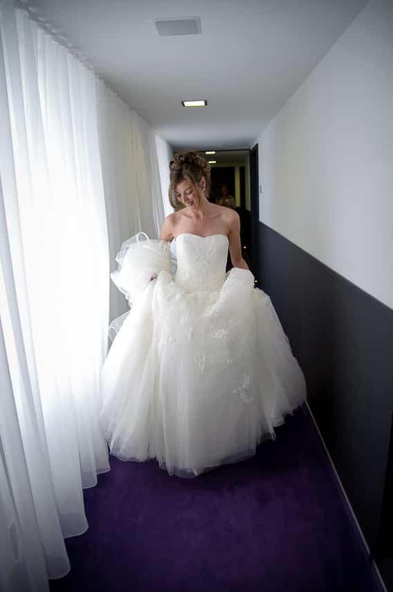 La fabuleuse mariée dans le couloir de l'hôtel Castel Beau Site