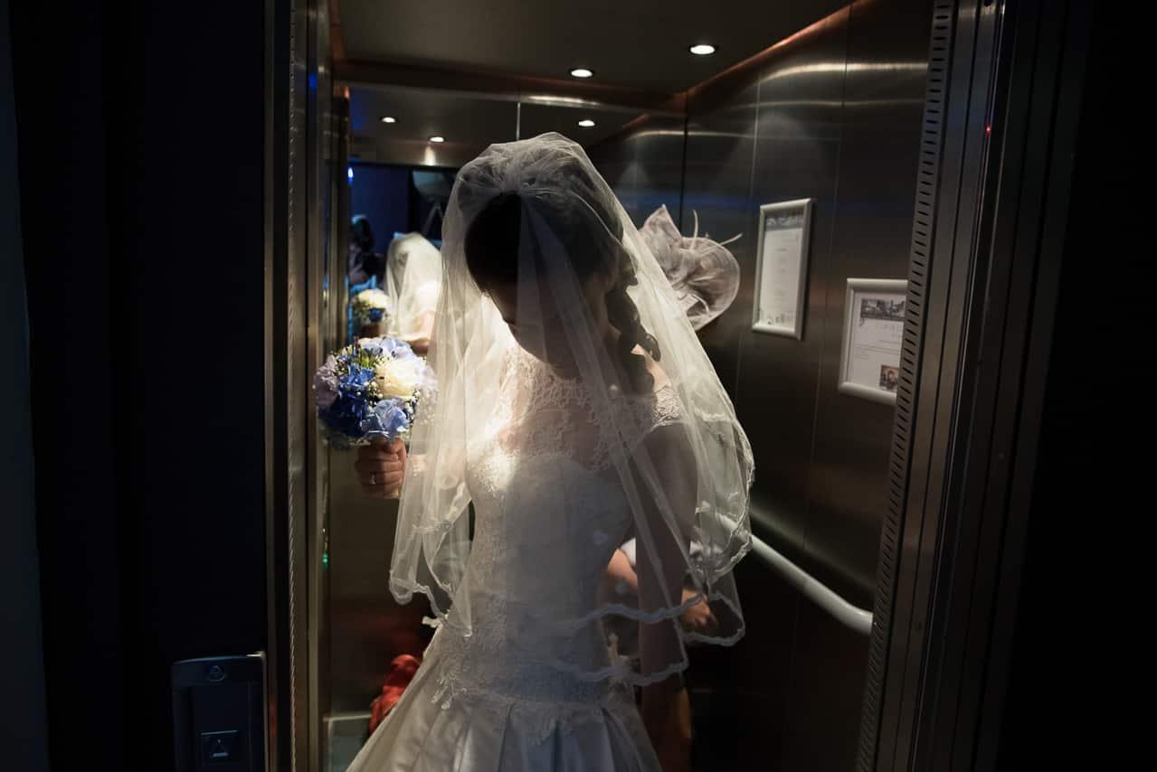 Mariée dans l'ascenceur de l'hôtel Castel Beau Site