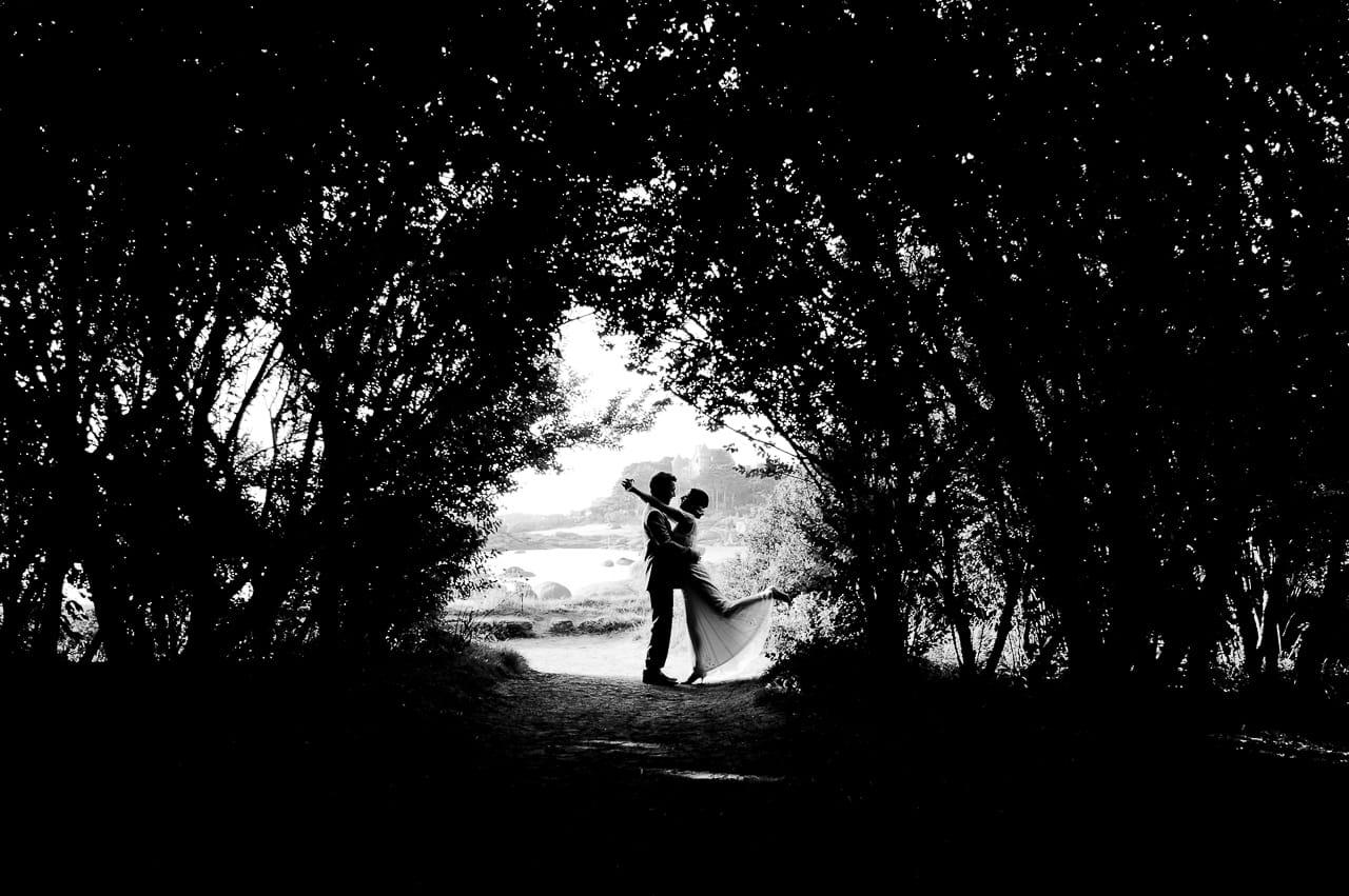 Mariés dans le jardin