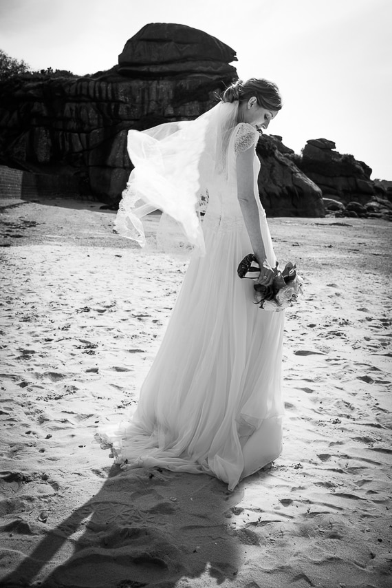Mariée de dos sur le sable