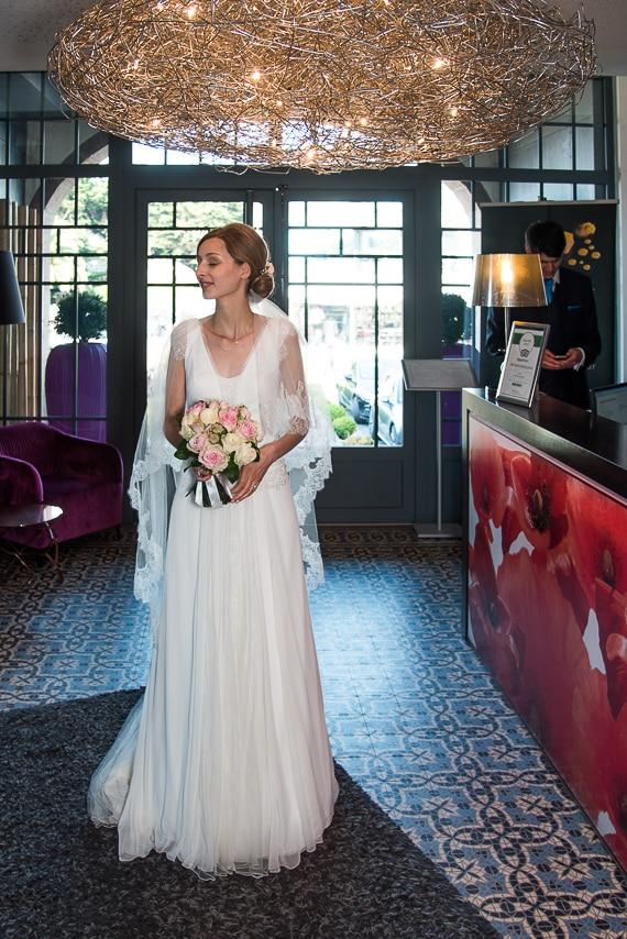 Mariée à l'entrée de l'hôtel Castel Beau Site