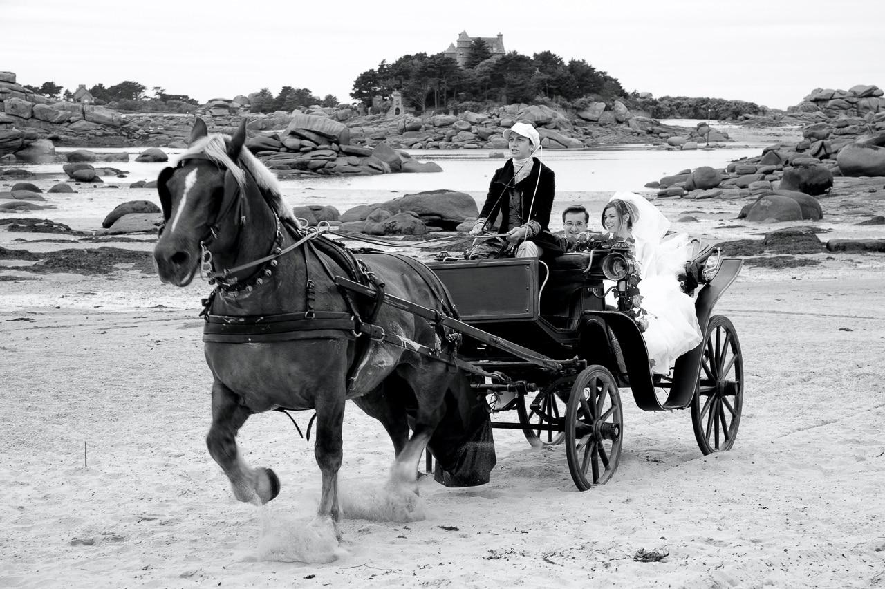 Mariés dans une calèche sur la plage