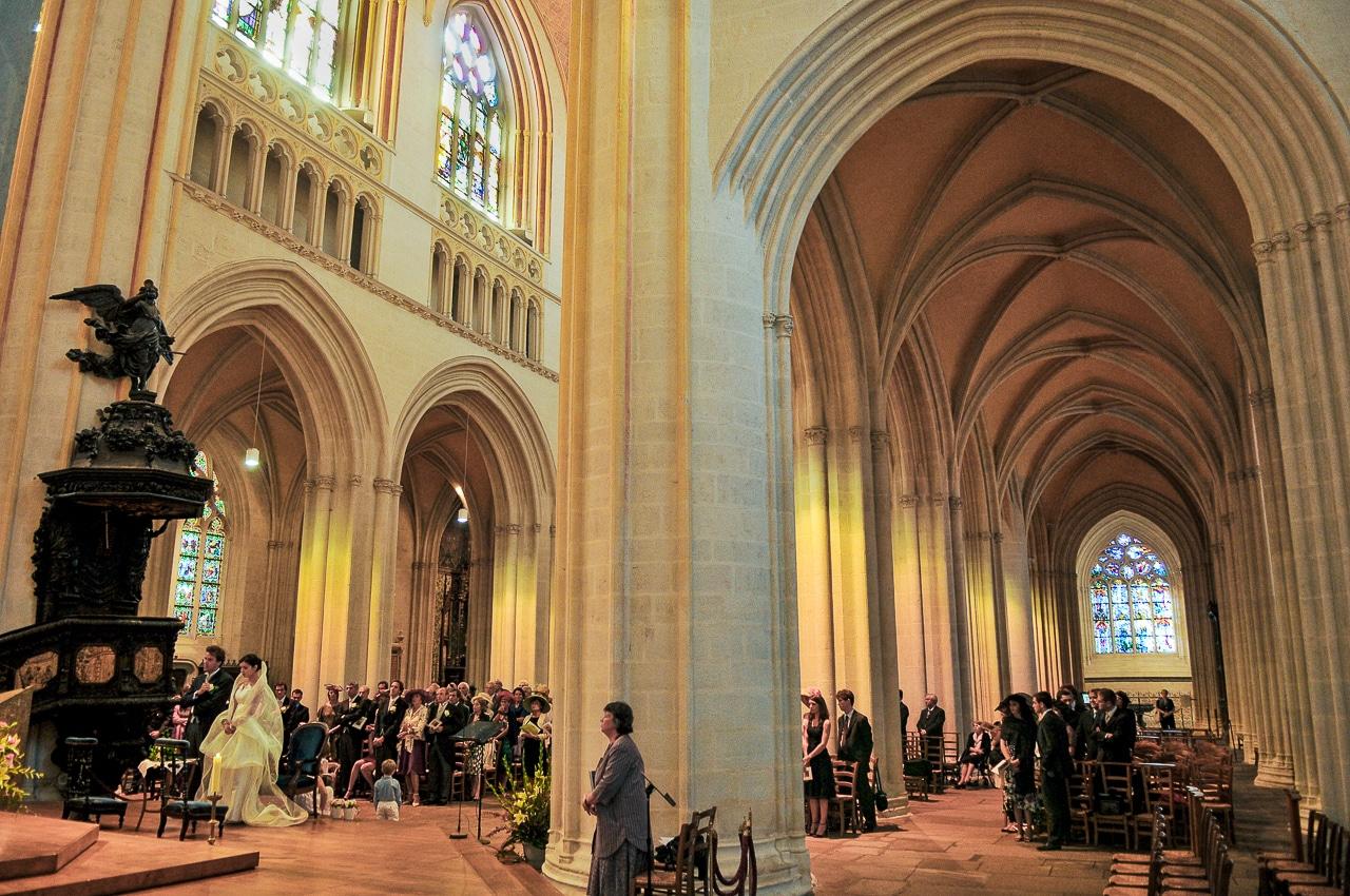 Les mariés et convives dans l'église