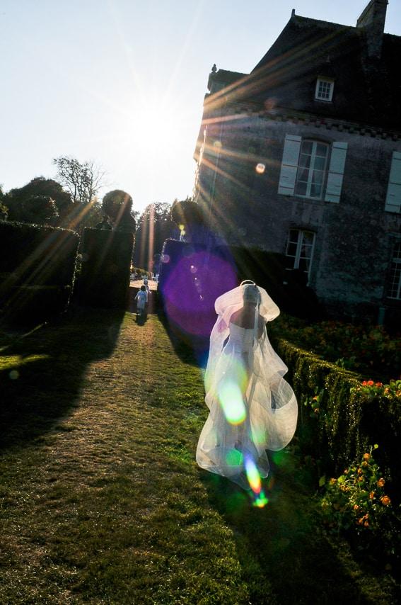 La mariée et les enfants dans le jardin  du château de Guilguiffin