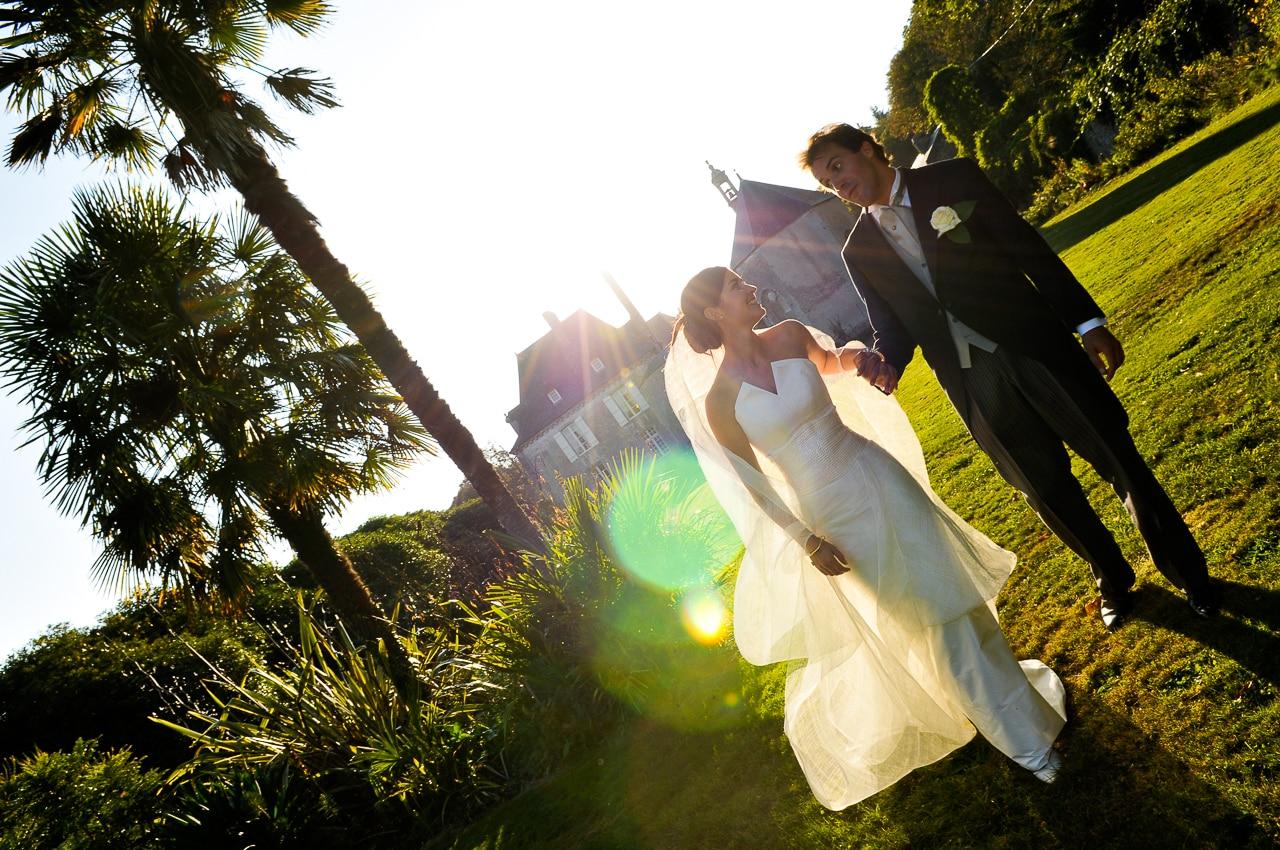 Mariés se tenant par la main devant le château de Guilguiffin