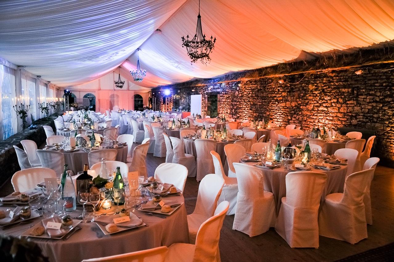 Les tables dans la salle pour la soirée du mariage