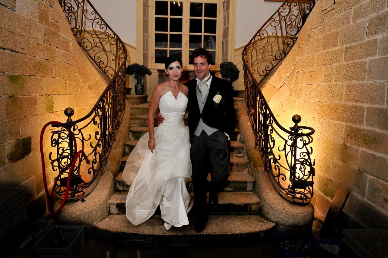 Les mariés dans l'escalier du château de Guilguiffin