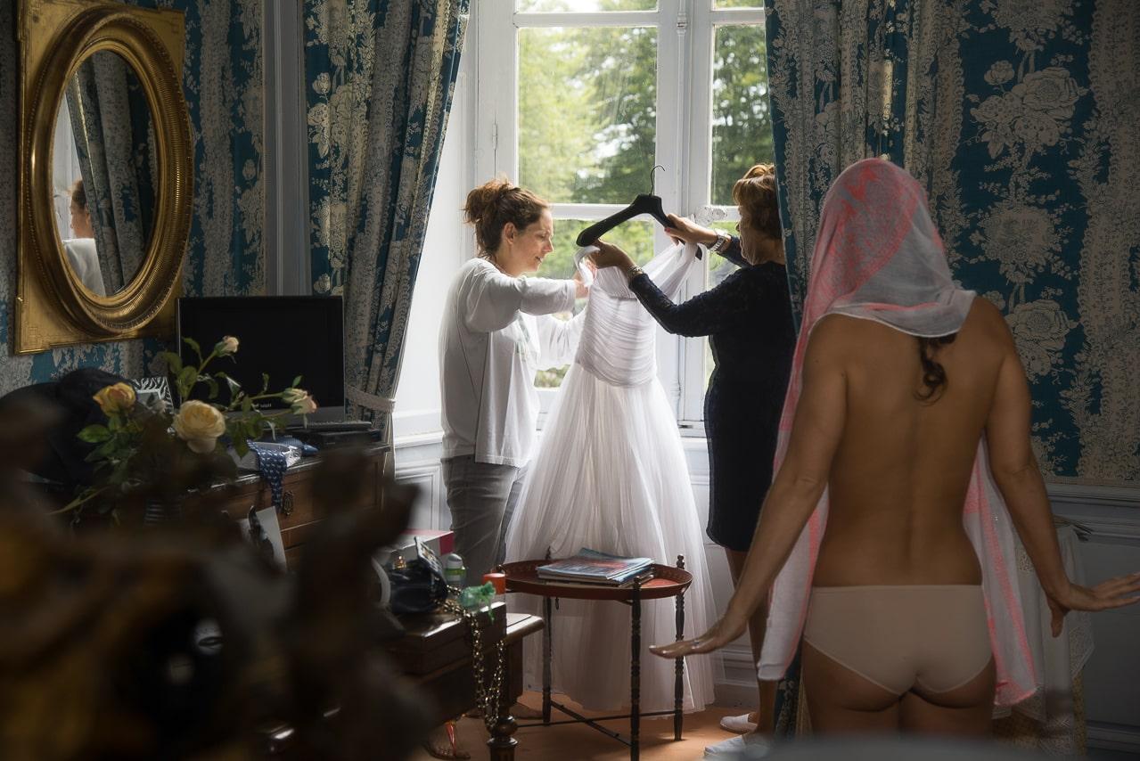 Mariée essayant sa robe de mariée