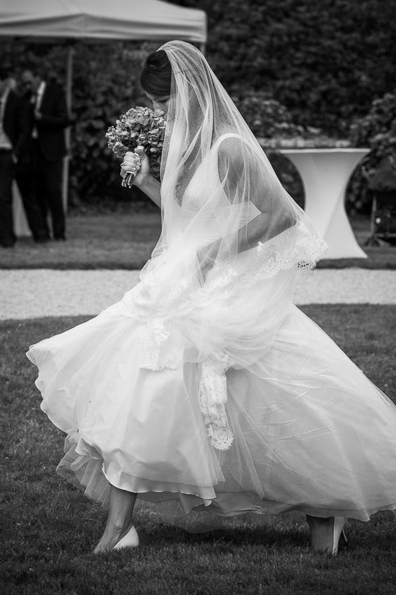 Mariée dans le jardin du château