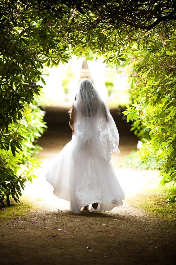 Mariée dans le jardin du château de Guilguiffin