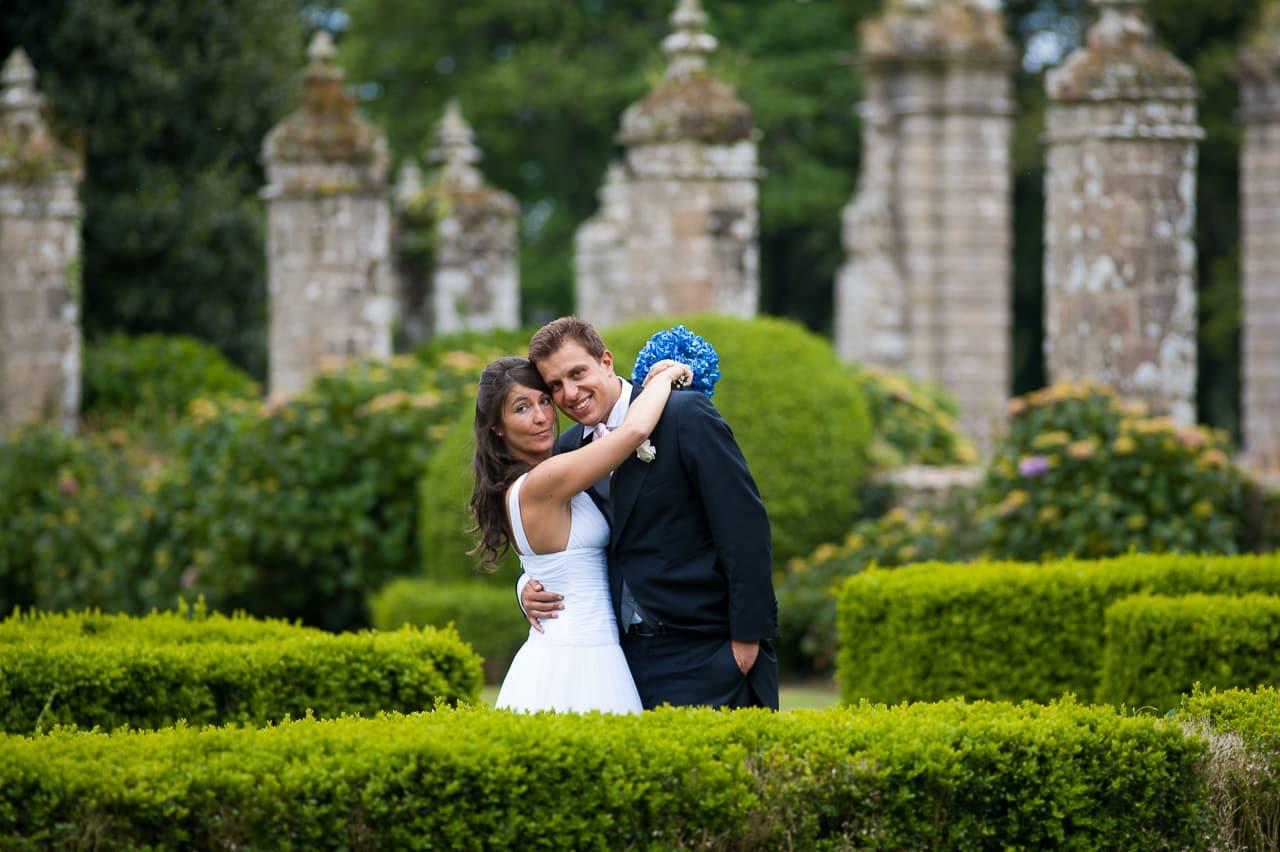 Les mariés dans le jardin du château de  Guilguiffin