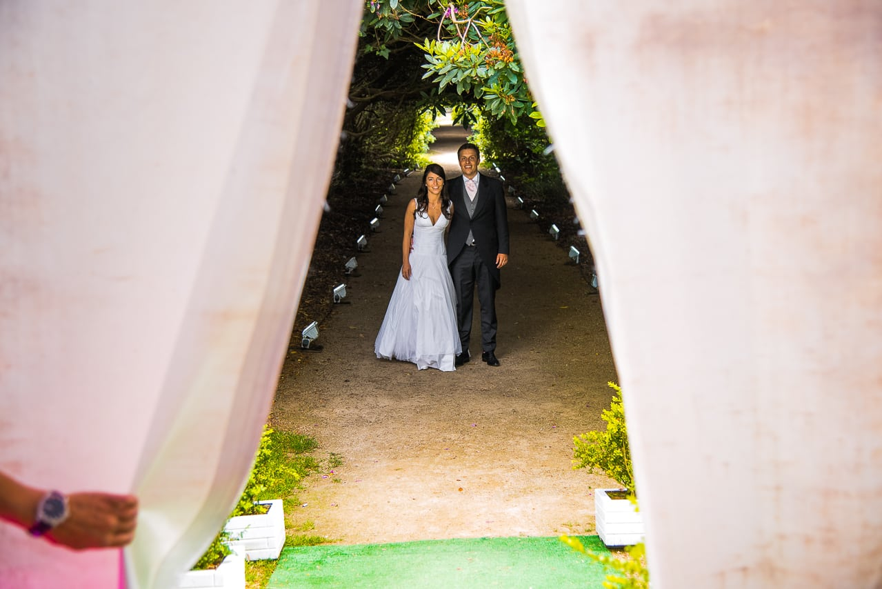 Les mariés arrivant à la salle du mariage