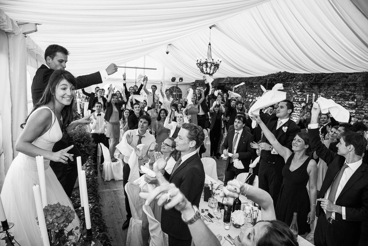 Les mariés chantant devant les  convives