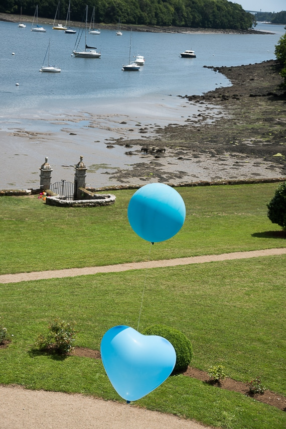 Magnifique vue sur le bord de mer et les ballons dans le parc du manoir de Kérouzien