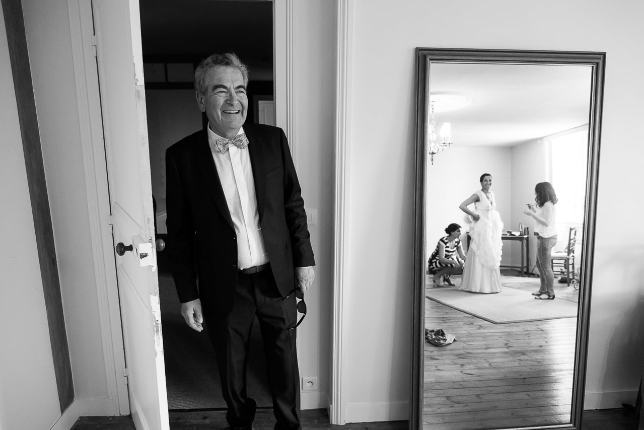 Le père de la mariée regardant sa fille dans sa belle robe blanche