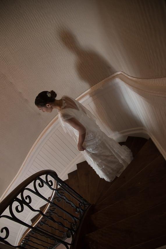 Mariée dans les escaliers du manoir de Kerouzien