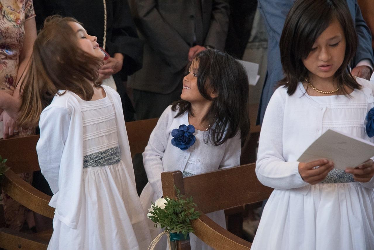 Les petites filles sur les bancs de l'église