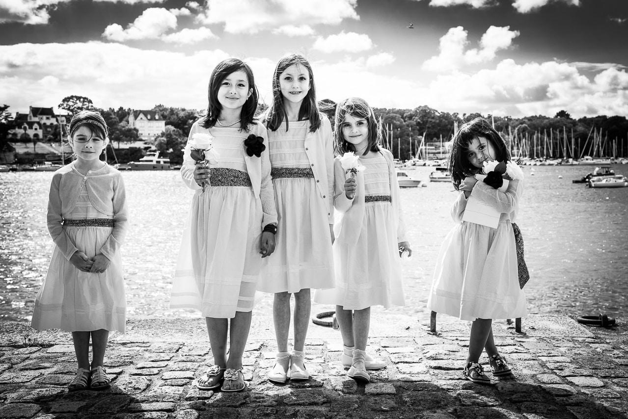 Les jeunes filles du mariage au bord de la mer