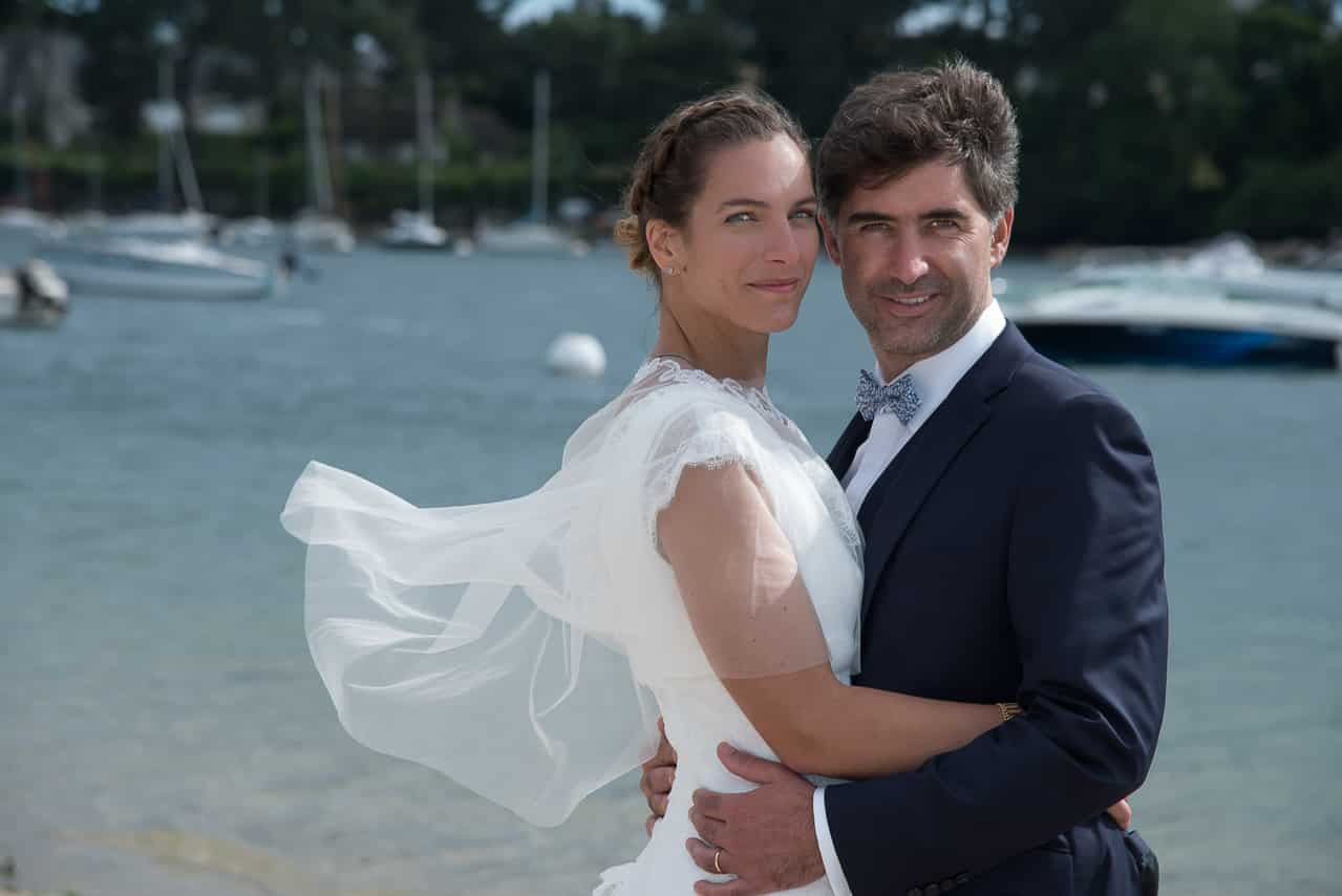Portrait des mariés avec la mer en arrière plan