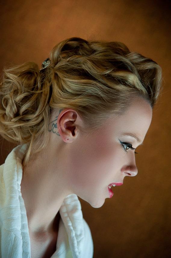 Détails du visage et de la coiffure de la mariée
