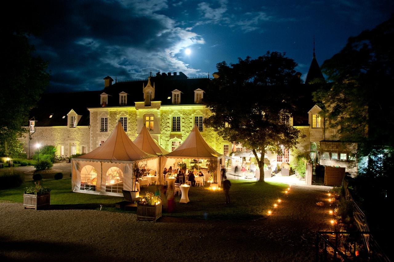 Les convives dans le parc du Château de Fère