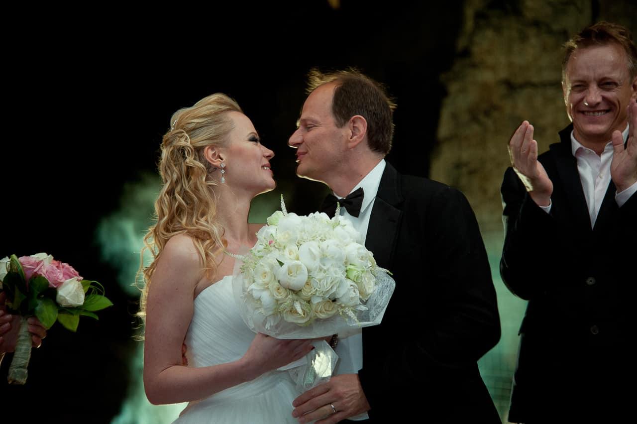 Les mariés heureux et émus