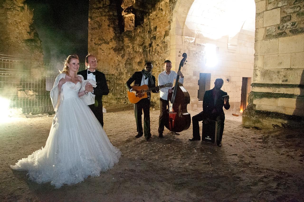 Les mariés accompagnés d'un orchestre