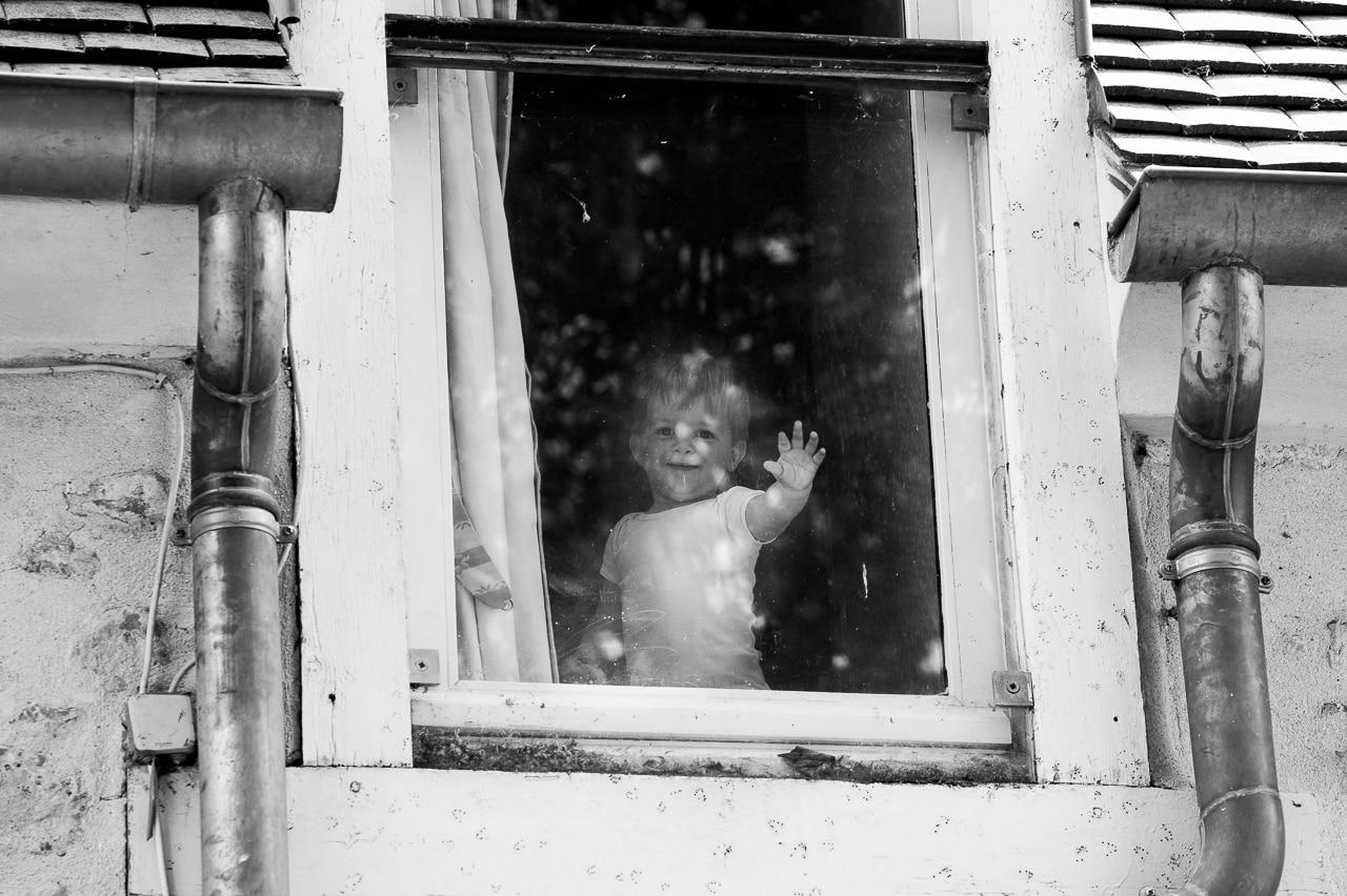 Un enfant à la fenêtre