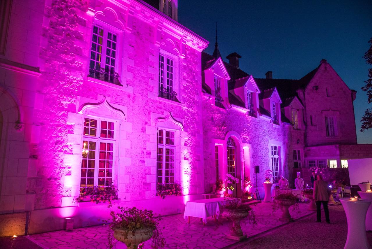 Le château de Fère illuminé en violet