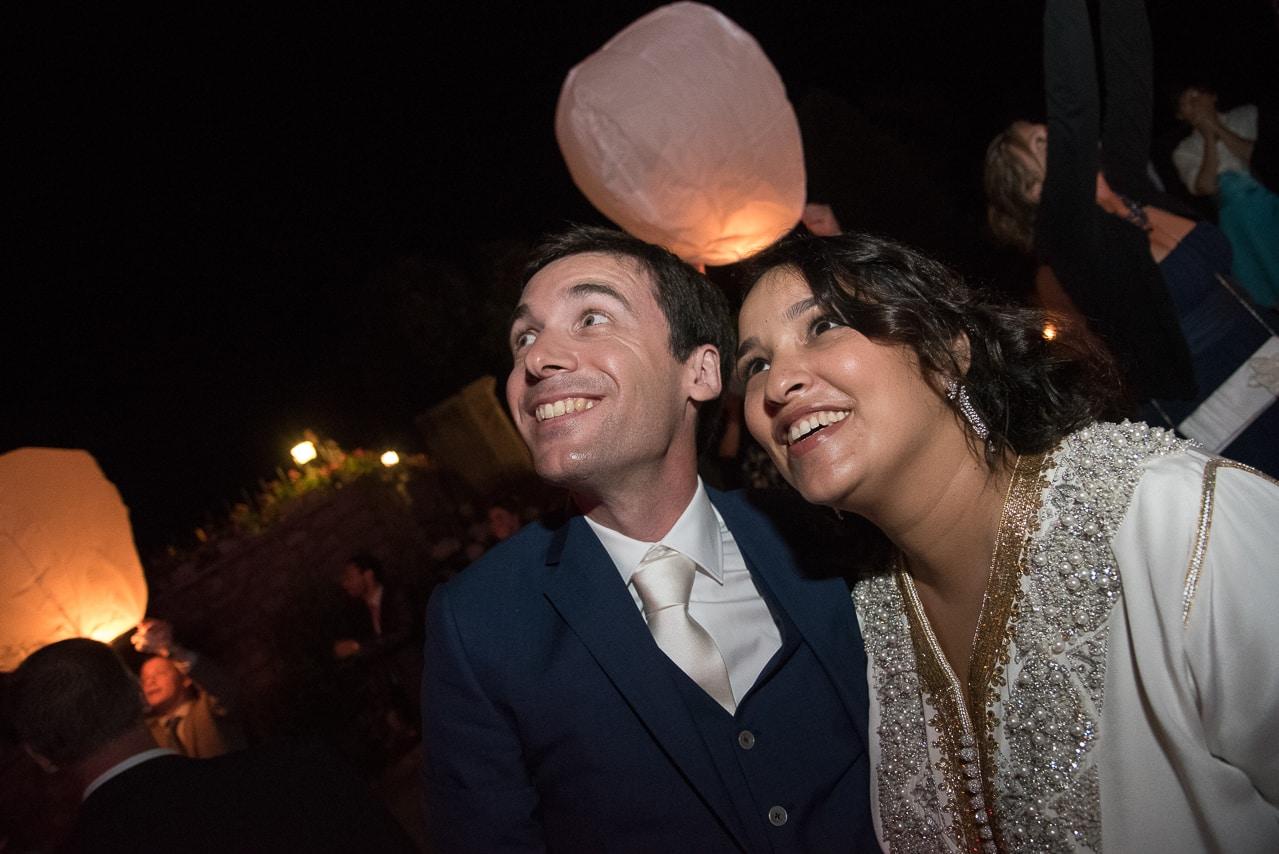 Doux portrait du couple regardant les lanternes volantes