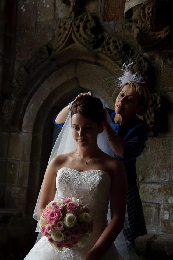 La mère de la mariée ajuste la coiffure de la mariée