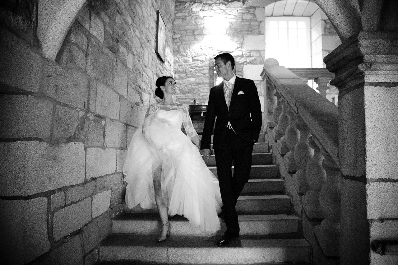 Les mariés sur les marches du manoir de Keringant