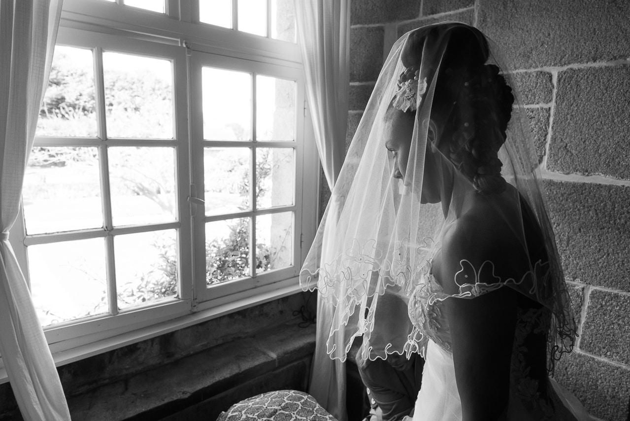 Mariée regardant à travers la fenêtre