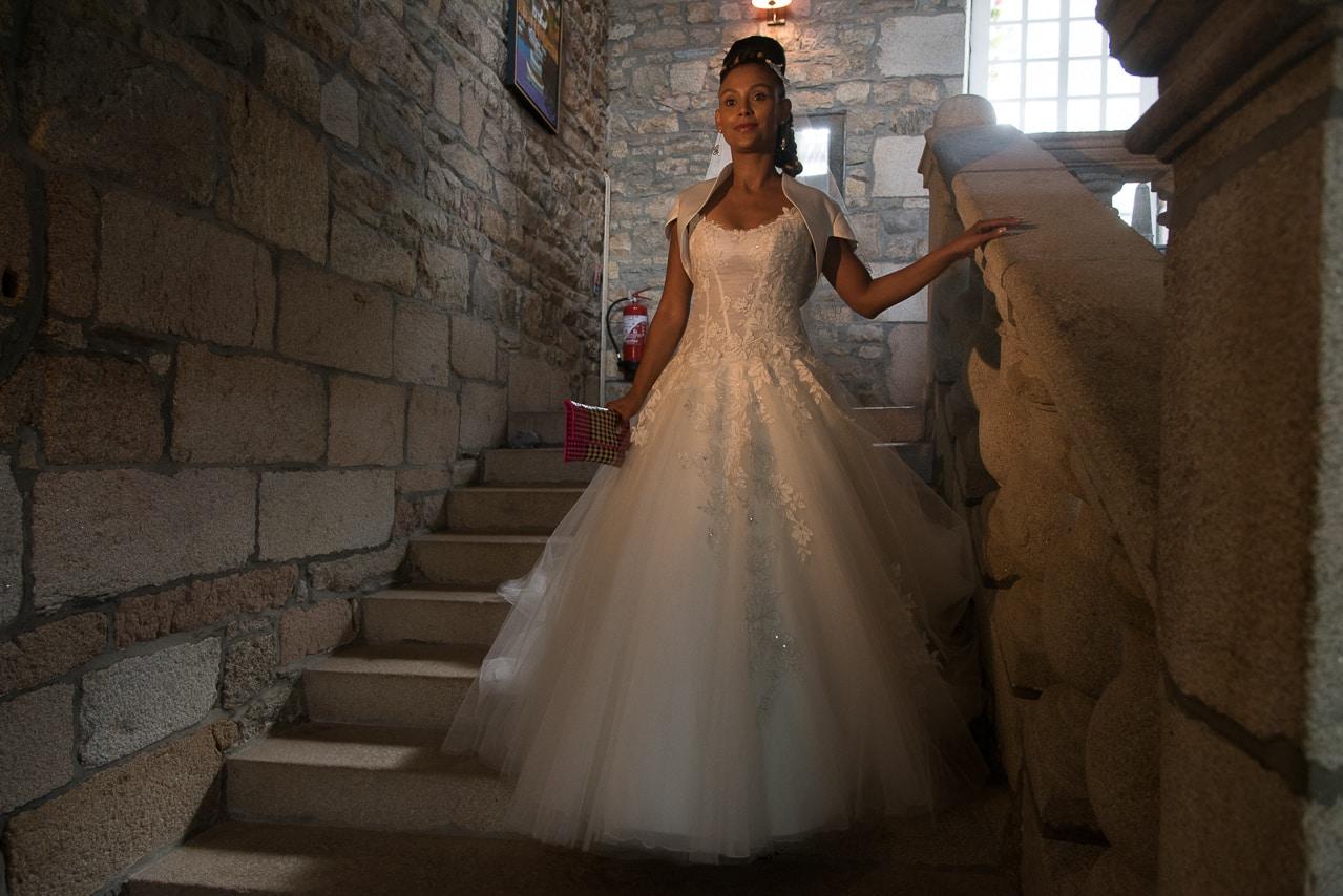 Mariée dans les escaliers du manoir de Keringant