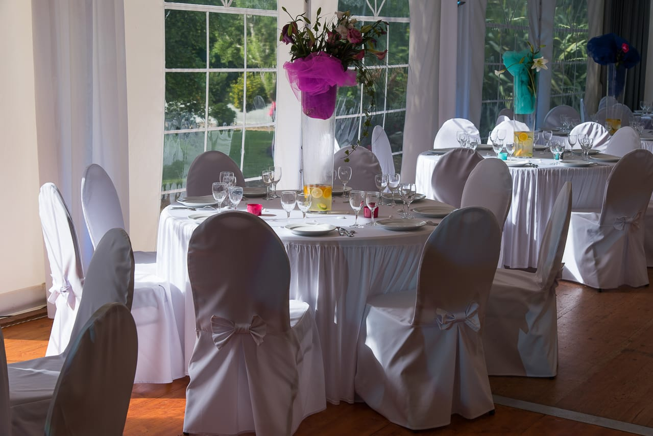 Les tables dans la salle pour le mariage