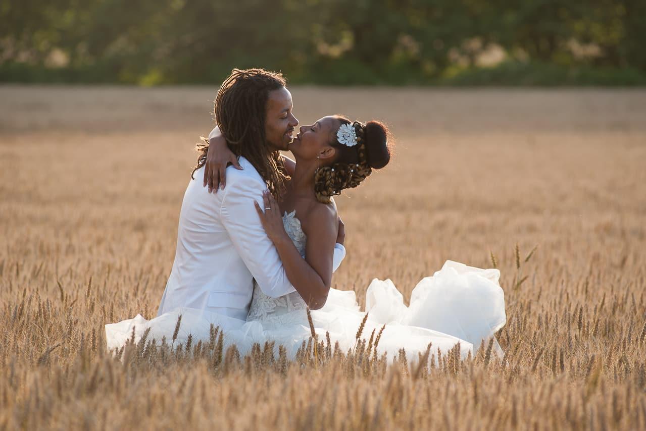 Les mariés dans un champs de blé